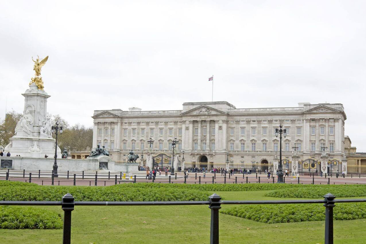 Buckingham Palace Tour in Vintage Bus